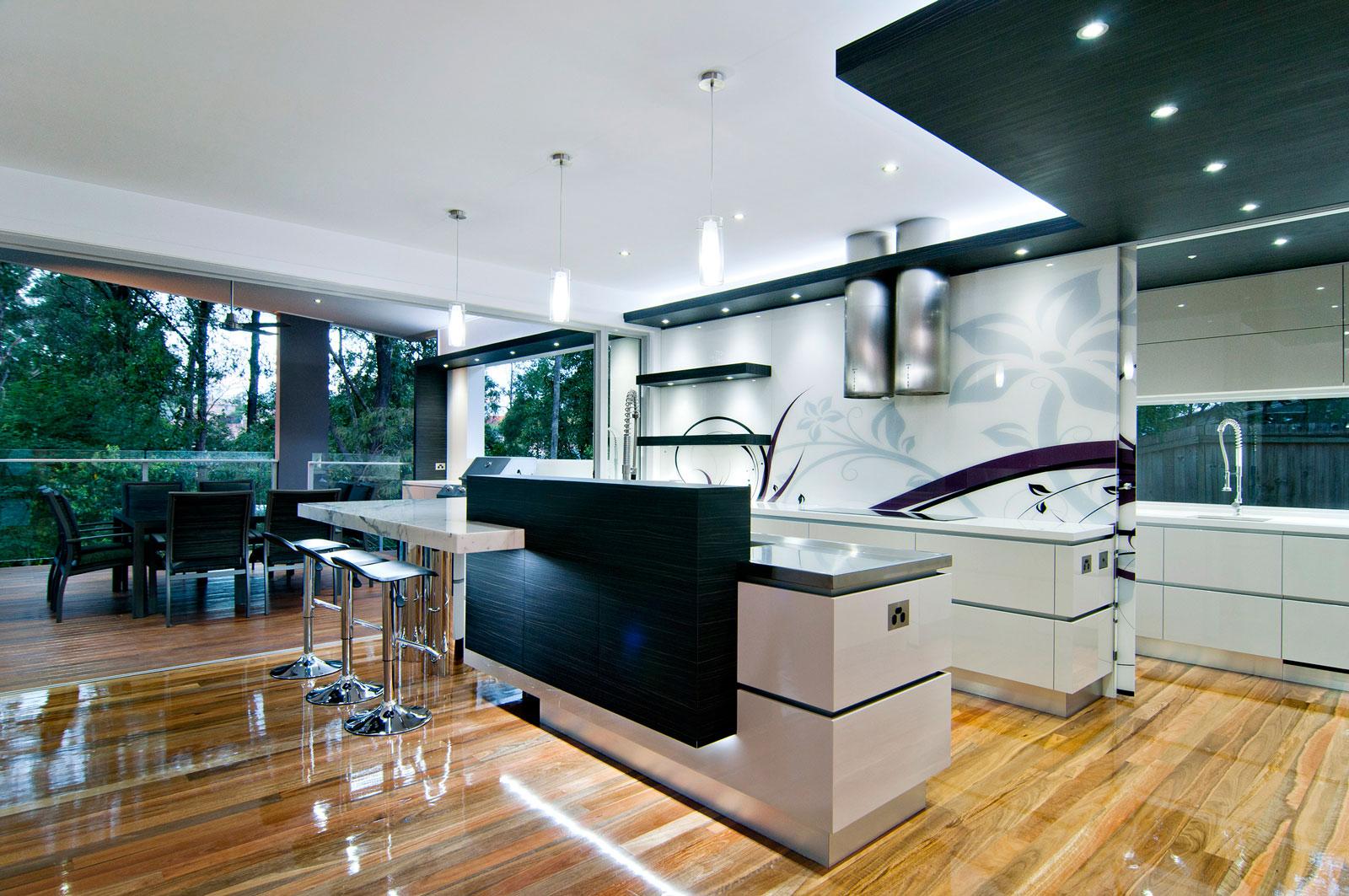 Современный дизайн белой кухни Bushland Retreat в стиле роскошного минимализма
