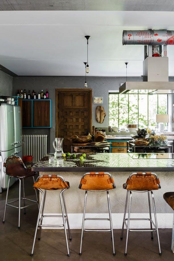 Потрясающе стильная столешница из мозаичной плитки от Yatzer