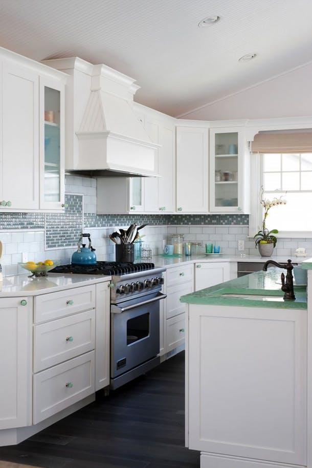 Стеклянные столешницы разного цвета на одной кухне от House of Turquoise