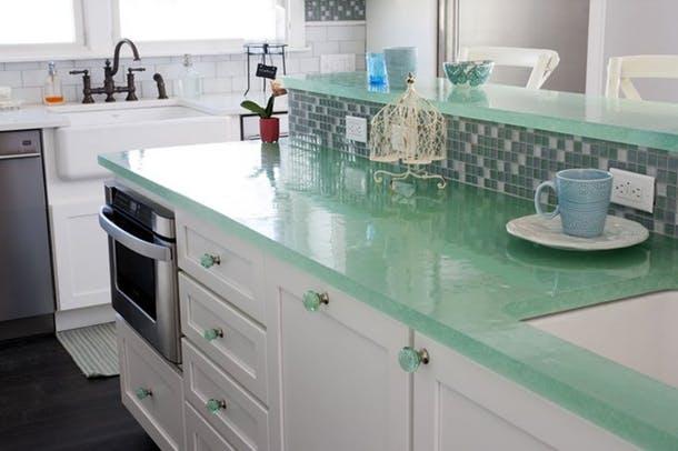 Рабочая поверхность кухонного острова от House of Turquoise из бирюзового стекла