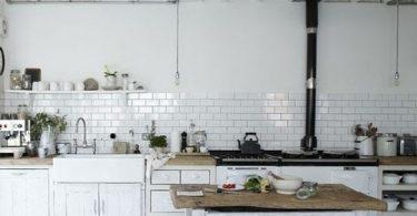 Чёрно-белая кухня в интерьере дома