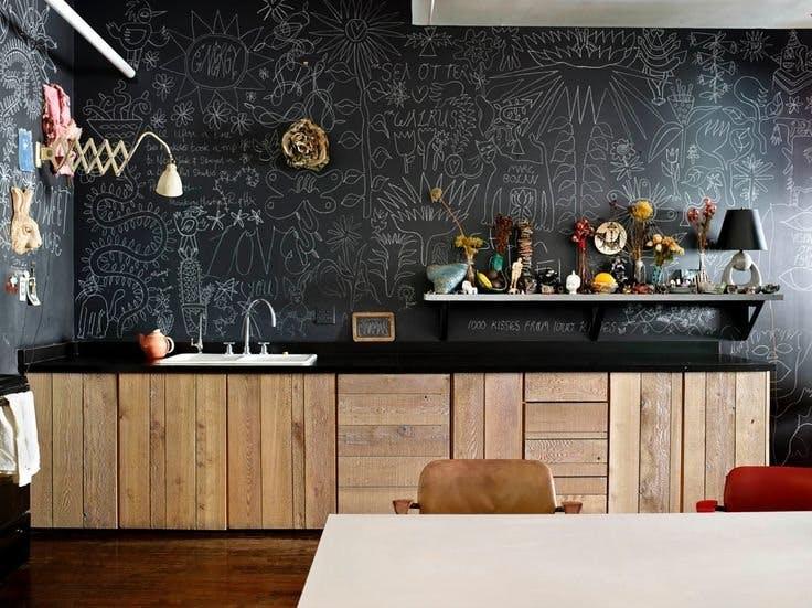 Меловая доска на стенах кухни