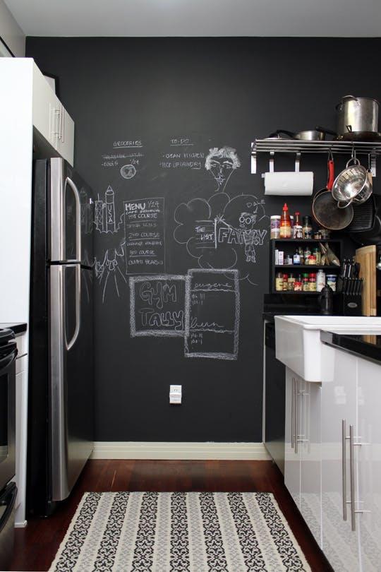 Меловая доска на стене у холодильника