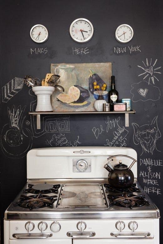 Меловая доска за кухонной плитой
