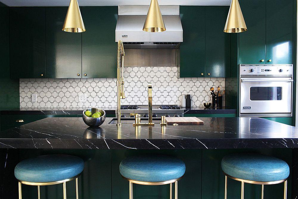 Металлические аксессуары для кухни: золотистого цвета смесители