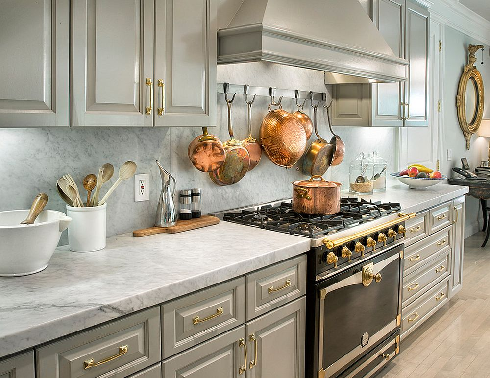 Металлические аксессуары для кухни: медная посуда на стене