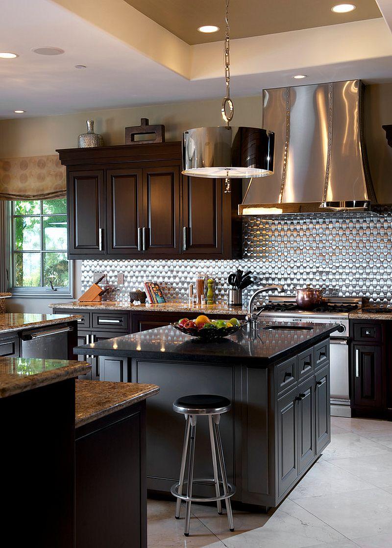 Металлические аксессуары для кухни: оригинальный дизайн вытяжки