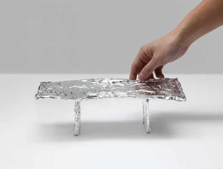 Обеденный стол с зеркальной поверхностью от Tokujin Yoshioka