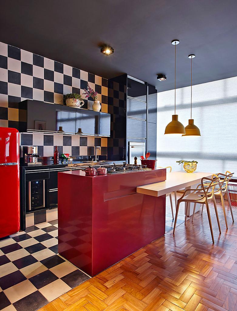 Интерьер стильной кухни с красными акцентами