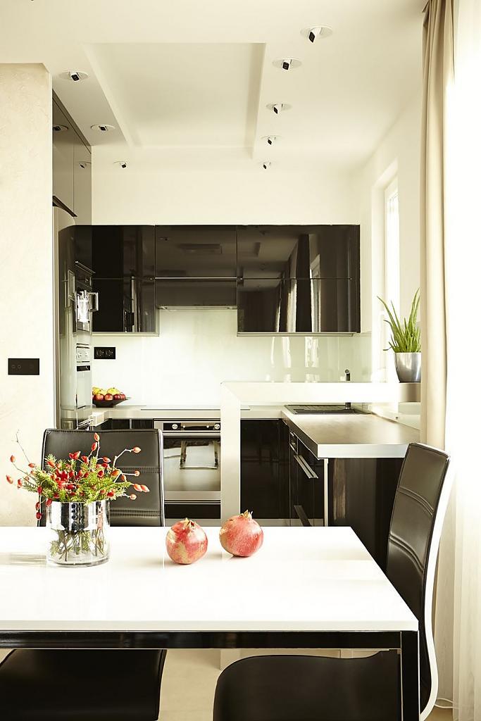 Интерьер чёрно-бежевой кухни