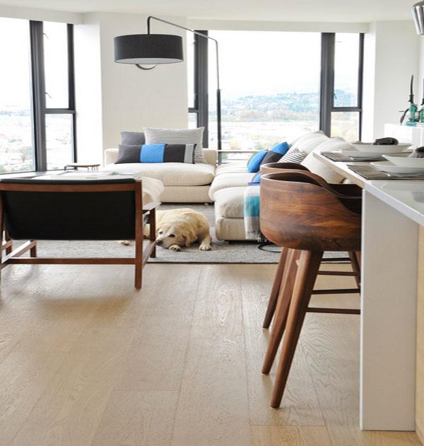 Деревянные кухонные стулья у барной стойки