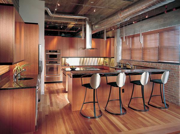 Металлические кухонные стулья у барной стойки