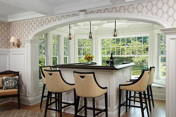 Мягкие кухонные стулья у барной стойки