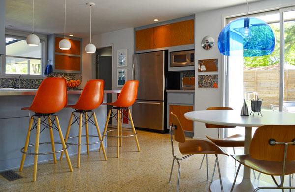 Пластиковые кухонные стулья у барной стойки
