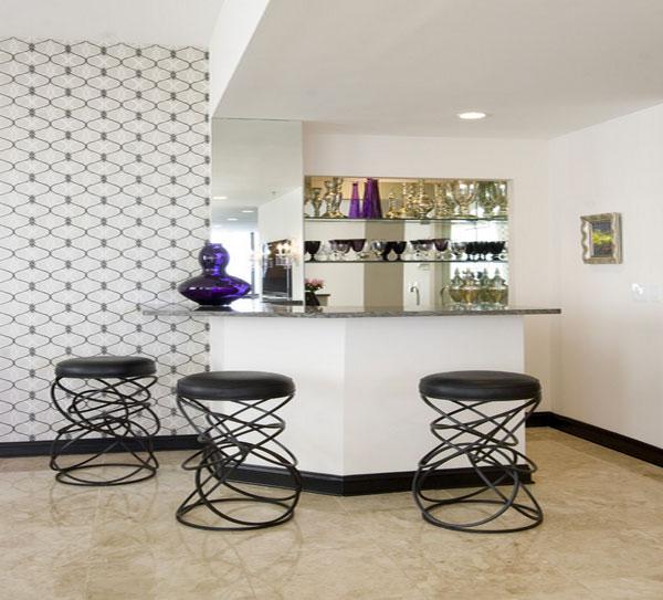 Необычные кухонные стулья у барной стойки