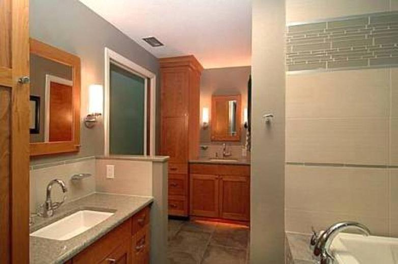 Керамическая и стеклянная плитка изумрудных тонов в интерьере ванной комнаты от Jamie Gold, CKD, CAPS
