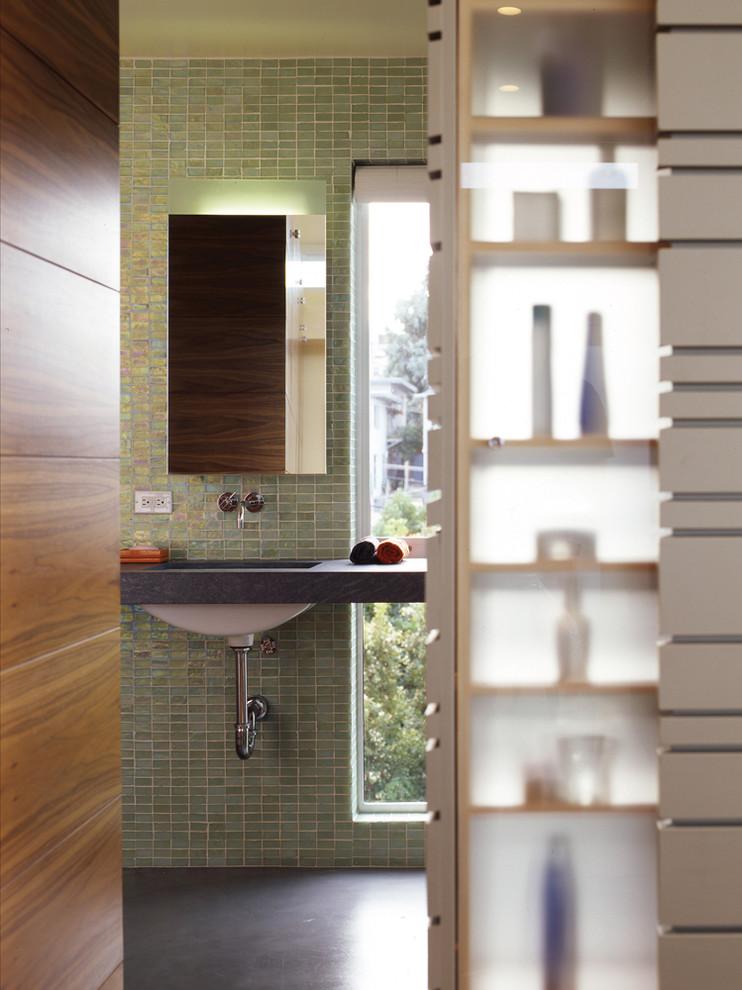 Бледно-зелёная плитка в отделке ванной комнаты от Schwartz and Architecture