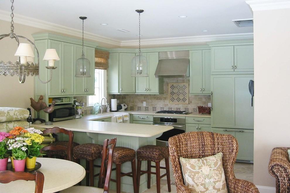 Бледно-зелёная расцветка стильной кухонной мебели от Rob Kane — Kitchen Interiors Inc.