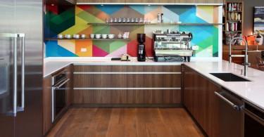 Геометрический рисунок из цветной мозайки на кухонном фартуке