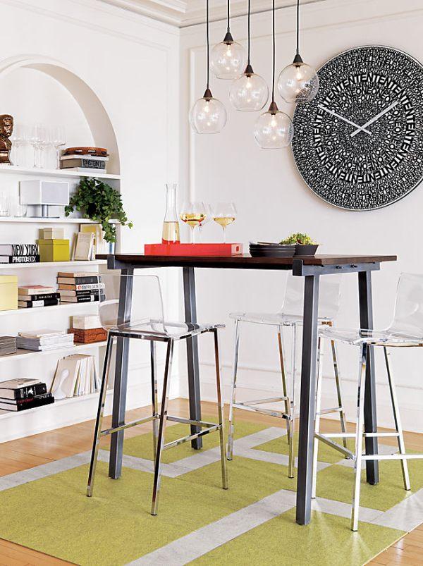 Прозрачные акриловые стулья в современном дизайне