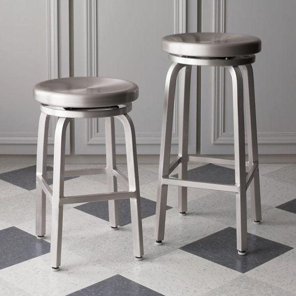 Легкие барные стулья из полированного алюминия