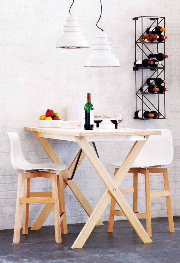 Деревянные стулья на высоких ножках с белыми полимерными сидениями