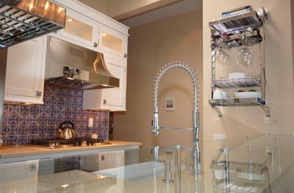 Высокотехнологичный смеситель с системой pull-out в интерьере кухни