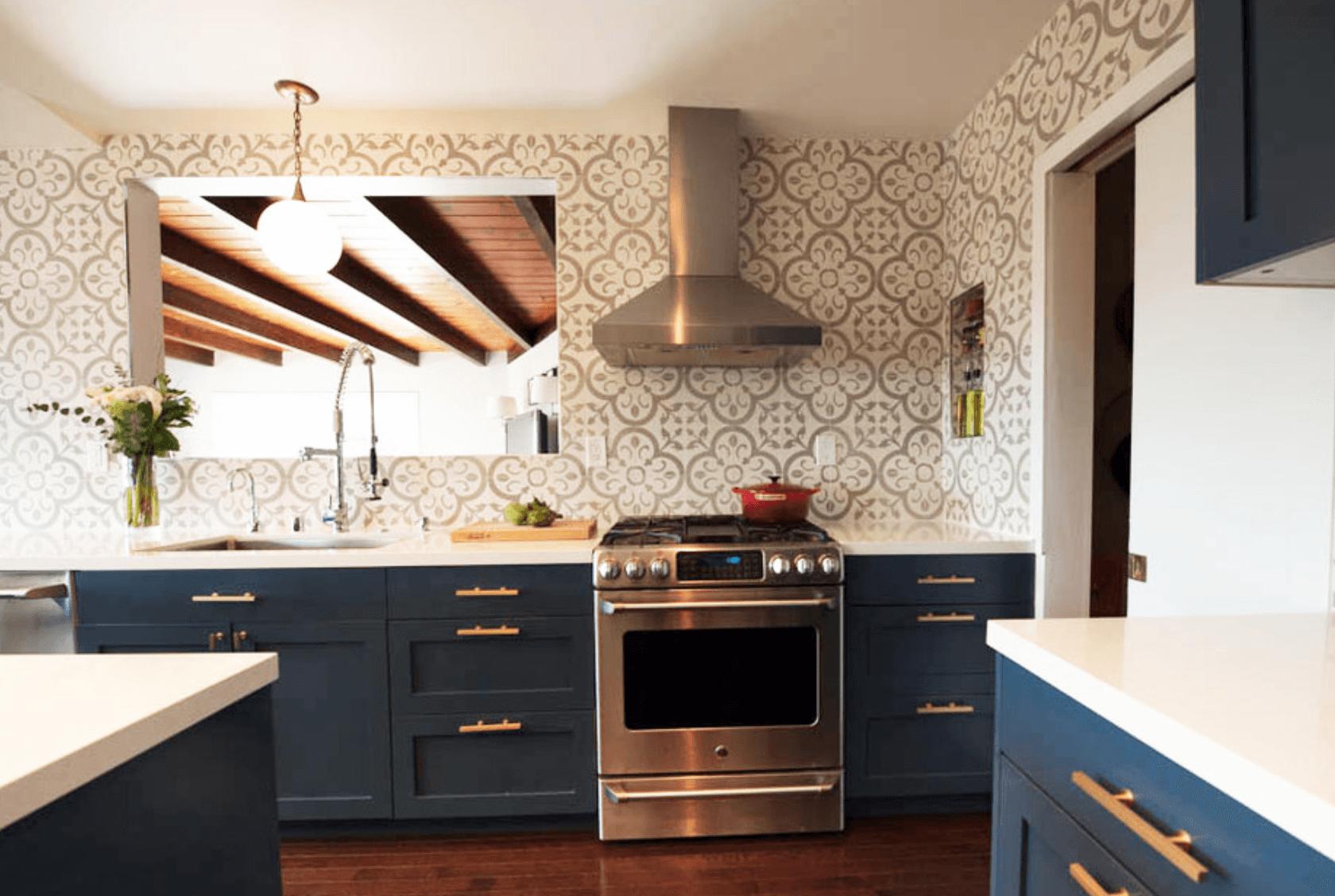 Дизайн кухни в оттенках темно-синего цвета. Фото 1