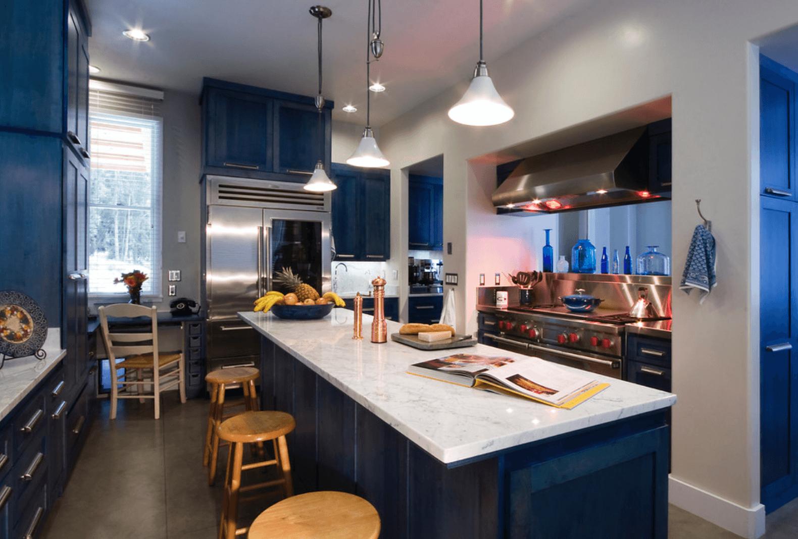 Дизайн кухни в оттенках темно-синего цвета. Фото 2