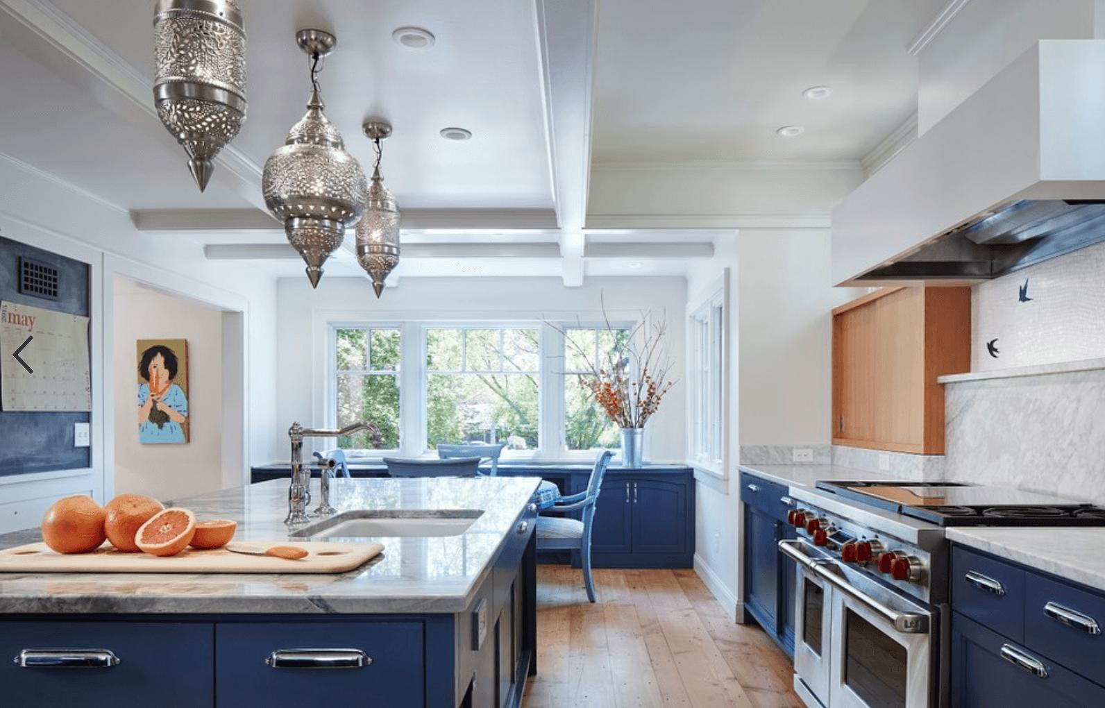Дизайн кухни в оттенках темно-синего цвета. Фото 3