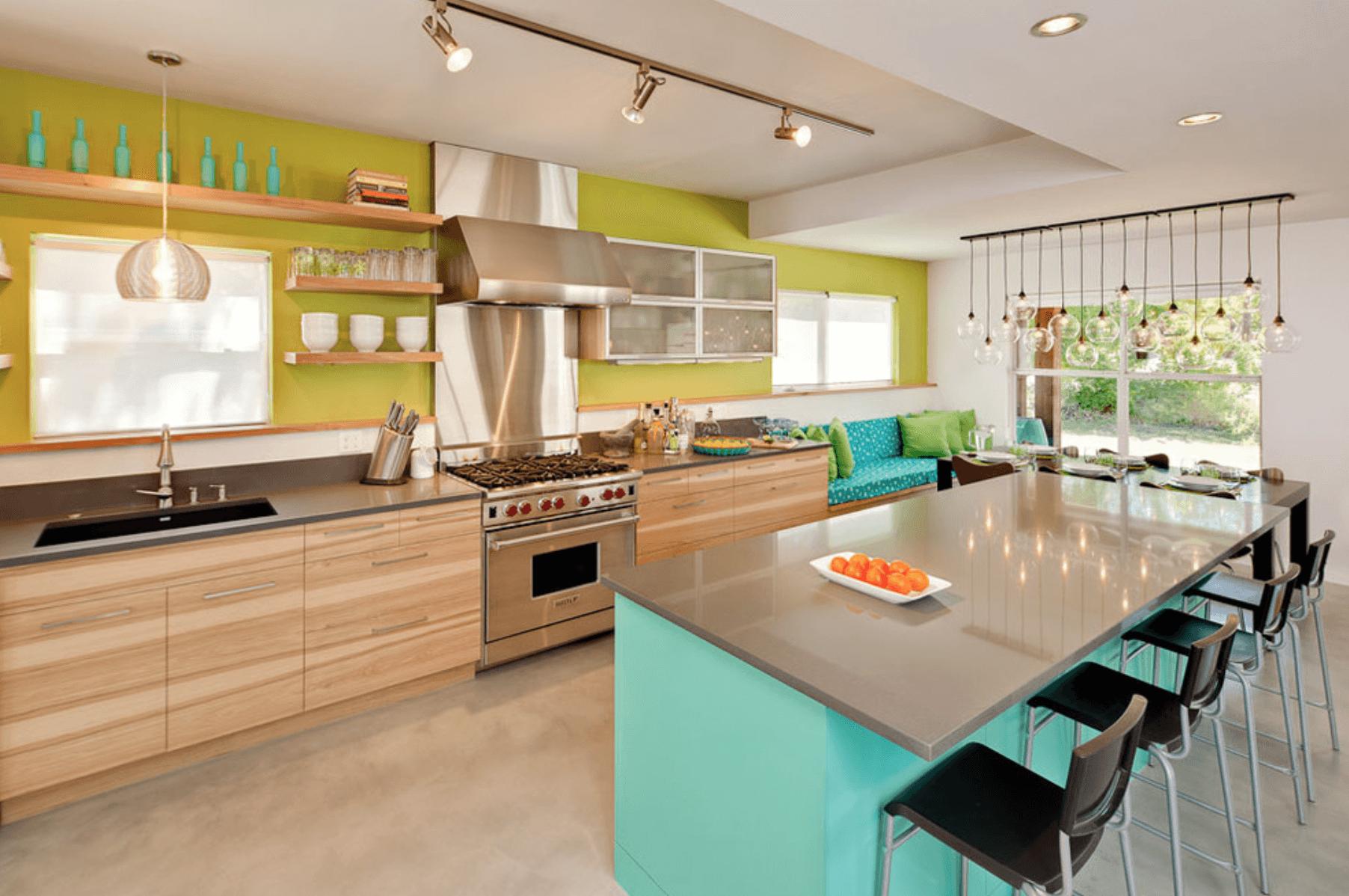 Дизайн кухни с сочетанием различных цветов. Фото 4