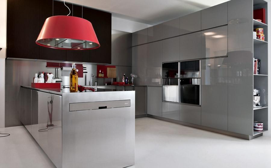 Современная модульная кухня от Elmar в белой гамме с красными акцентами