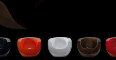 Разноцветные стулья из стекловолокна