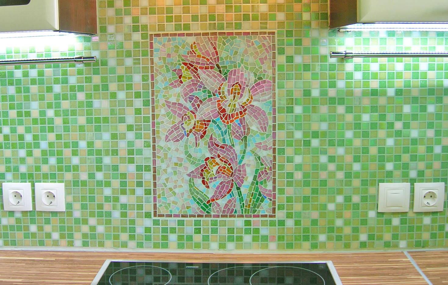 Цветок ириса на зелёном фоне выложенный мозаикой на кухонном фартуке