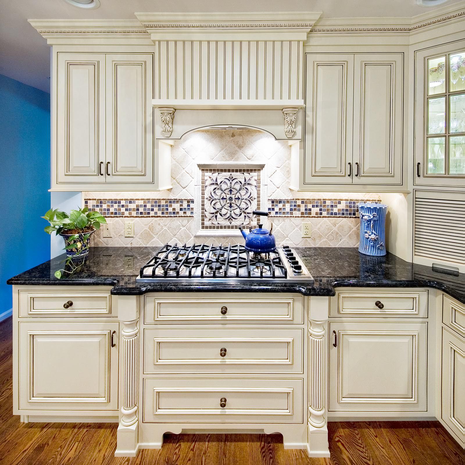 Креативный цветочный узор из мозаики в интерьере кухни