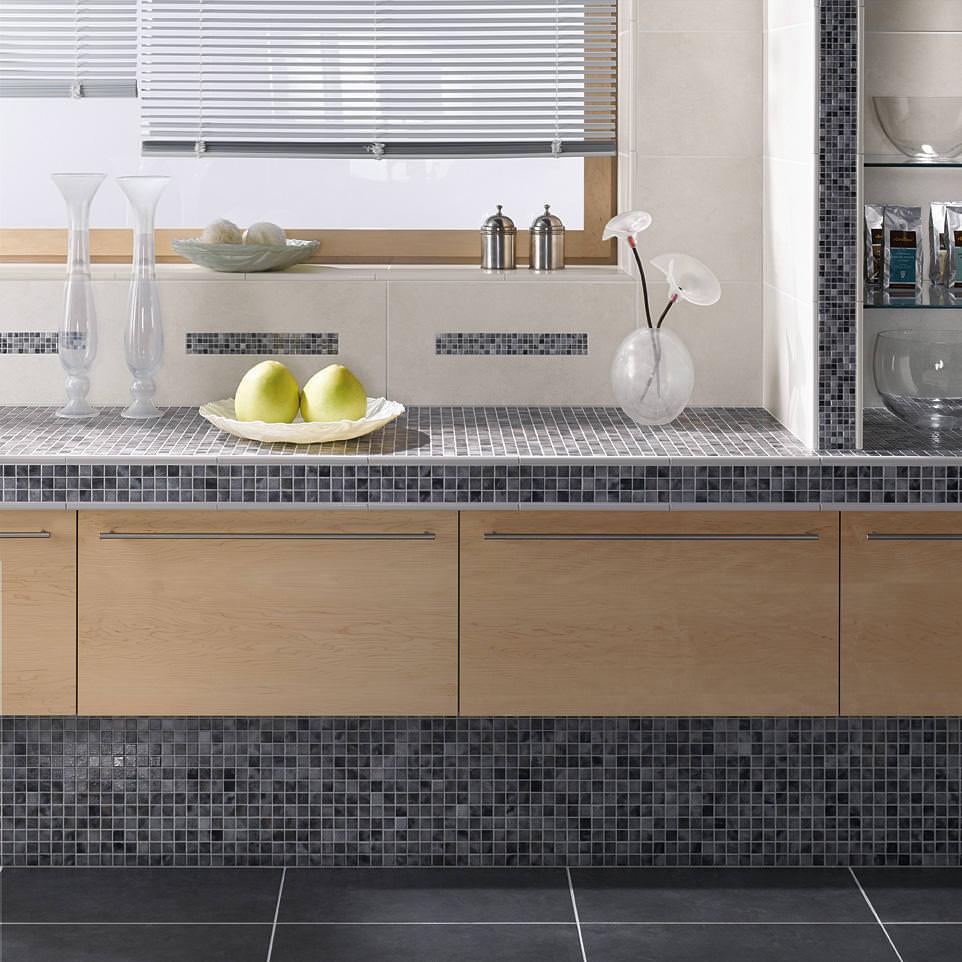 Оригинальная кухонная столешница оформленная мозаикой