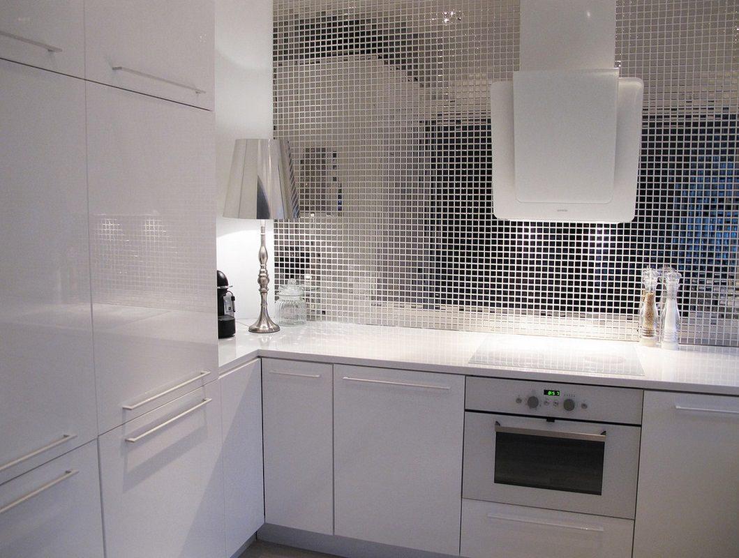 Шикарная зеркальная мозаика в интерьере кухни