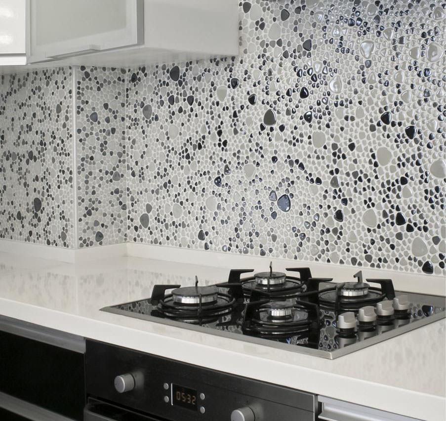 Чёрно-белая мозаика в оформлении кухонного фартука