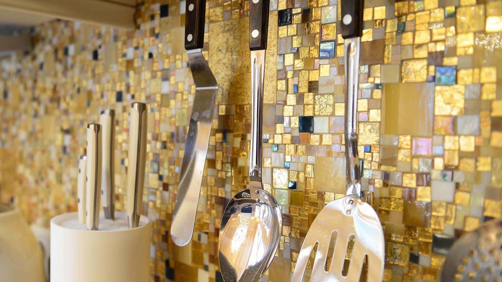 Золотая мозаика в интерьере современной кухни