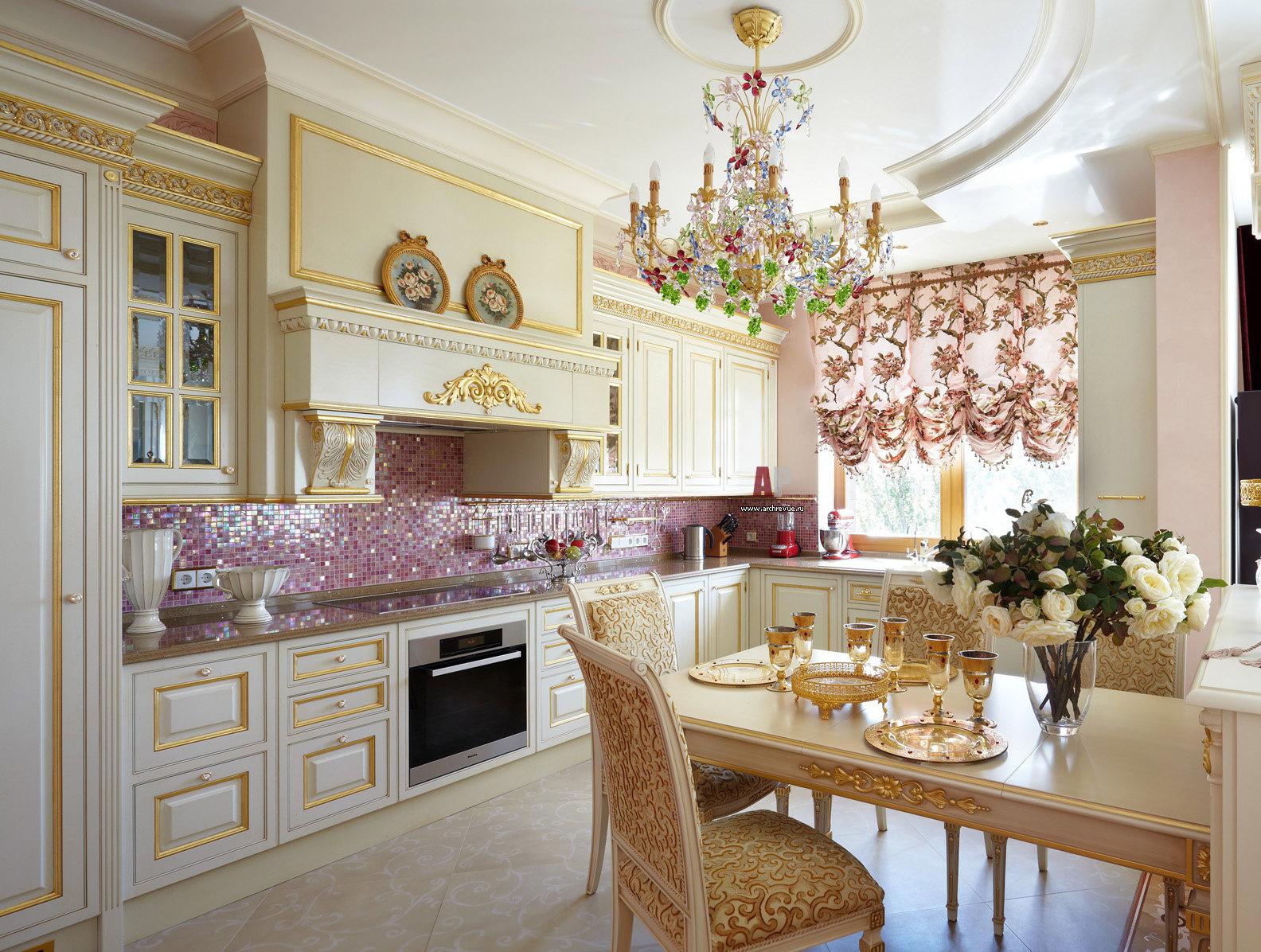 Розовая мозаика в интерьере современной кухни
