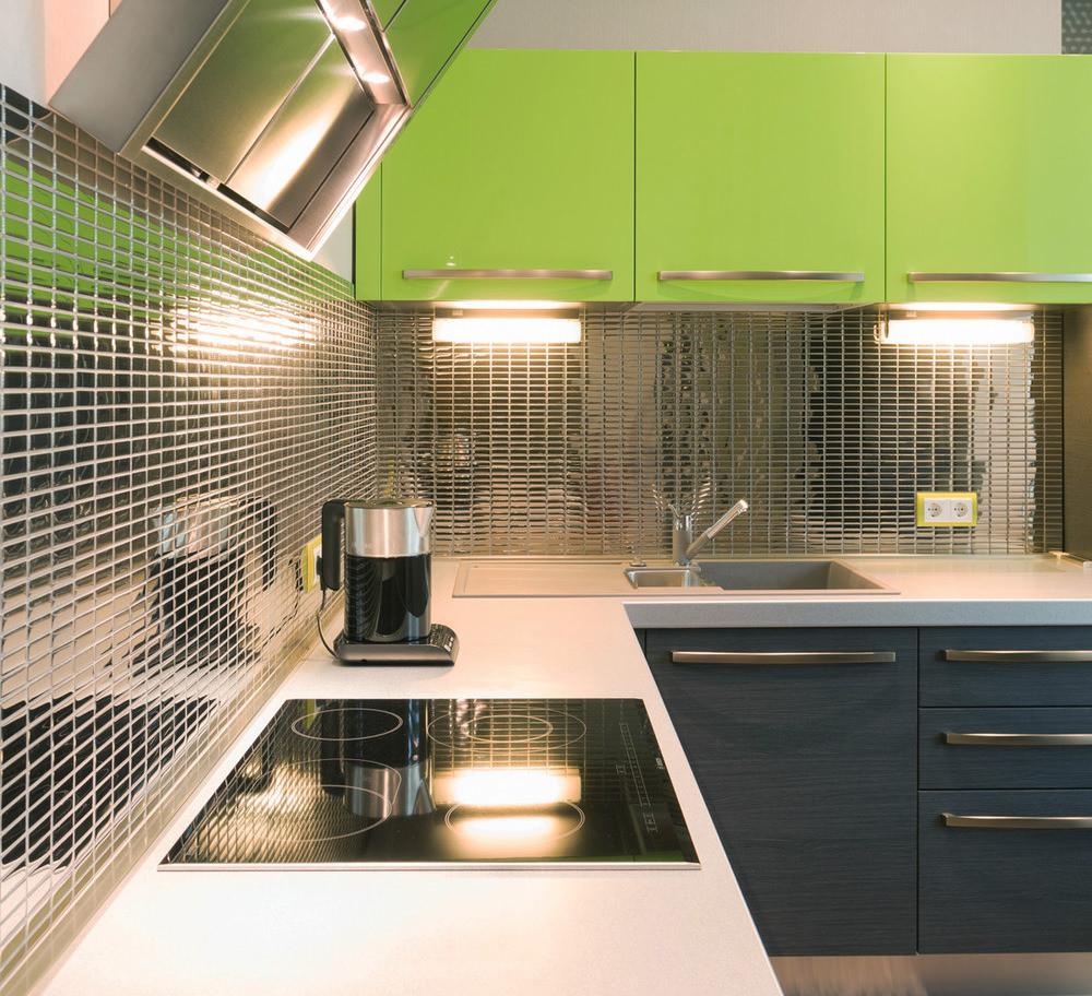 Зеркальная мозаика в интерьере современной кухни