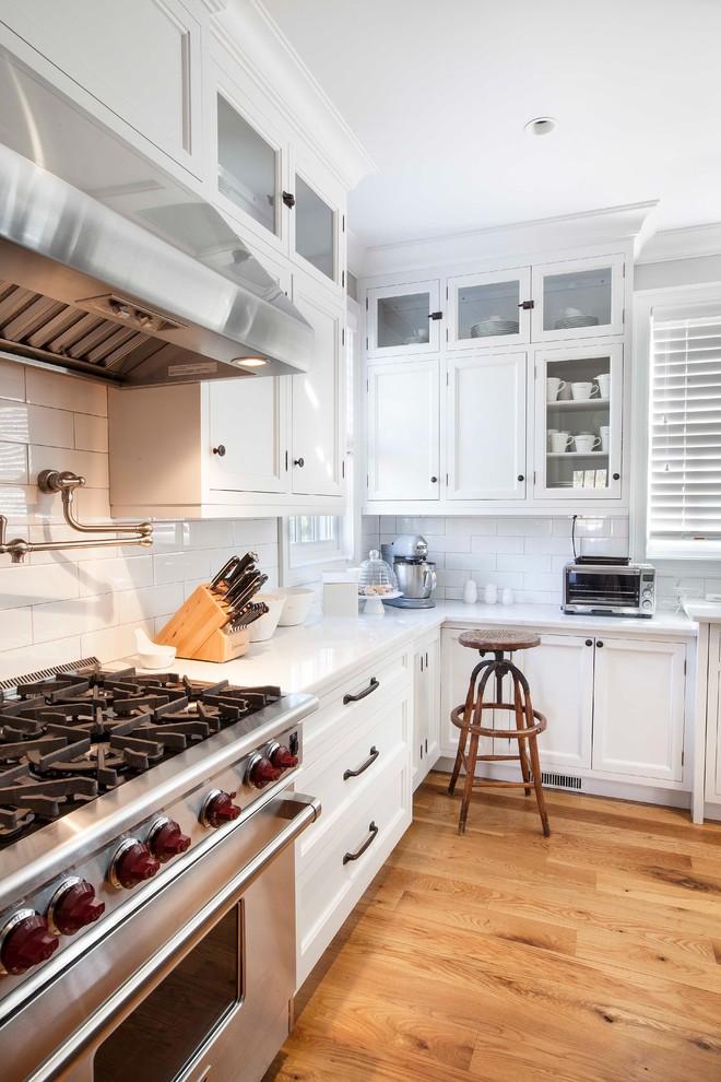 Современный дизайн интерьера белой кухни с элементами ретро-стиля