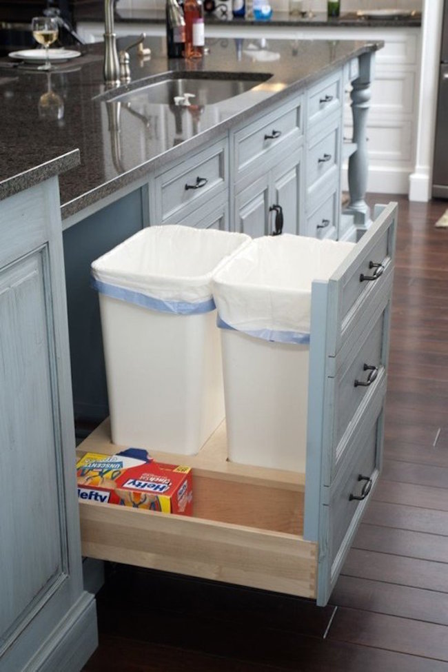 Выдвижное мусорное ведро на кухне