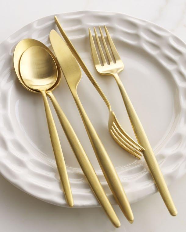 Набор столовых приборов на блюде