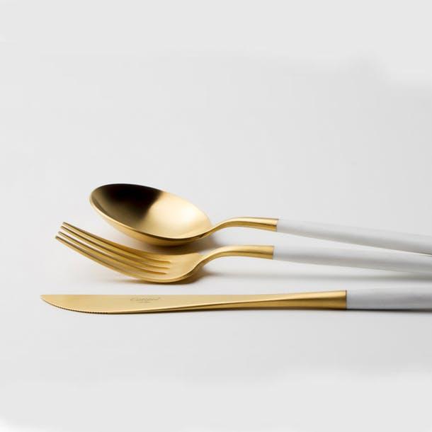 Набор столовых приборов золотого цвета