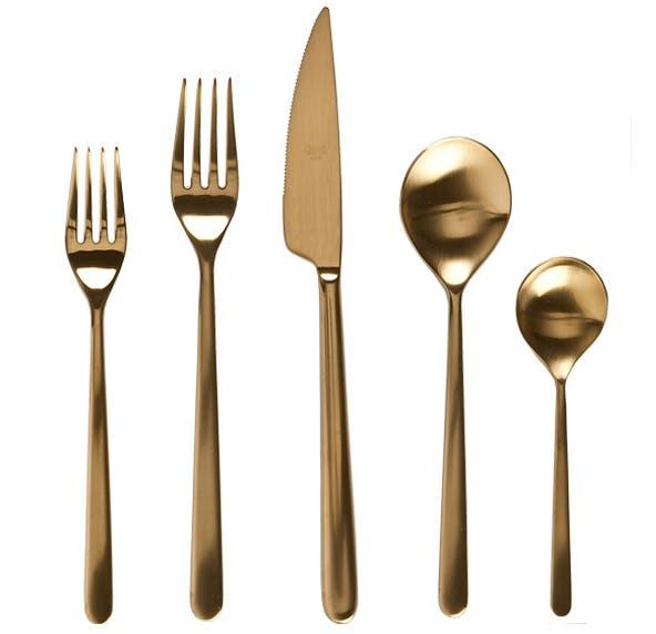 Набор золотистых столовых приборов
