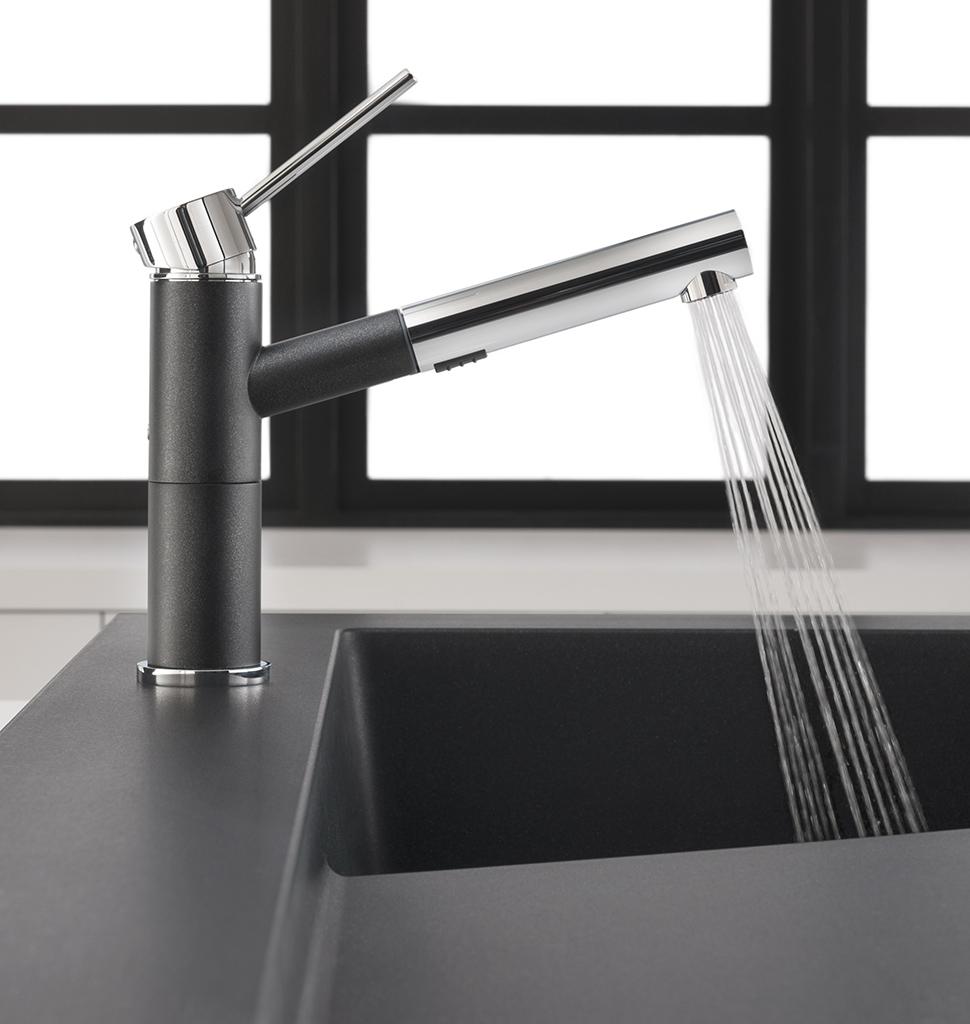 Чёрная накладная раковина для кухни с современным смесителем
