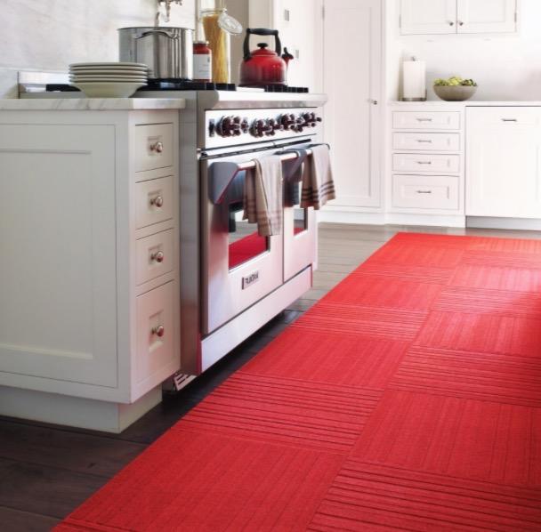 Яркий красный ковролин кухни
