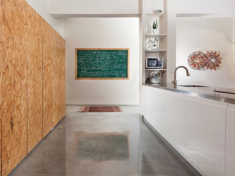 В гладком шлифованном полу отражаются стены
