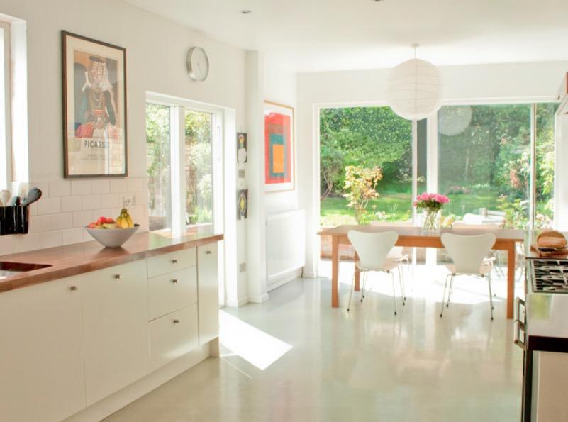 Светлый резиновый пол кухни